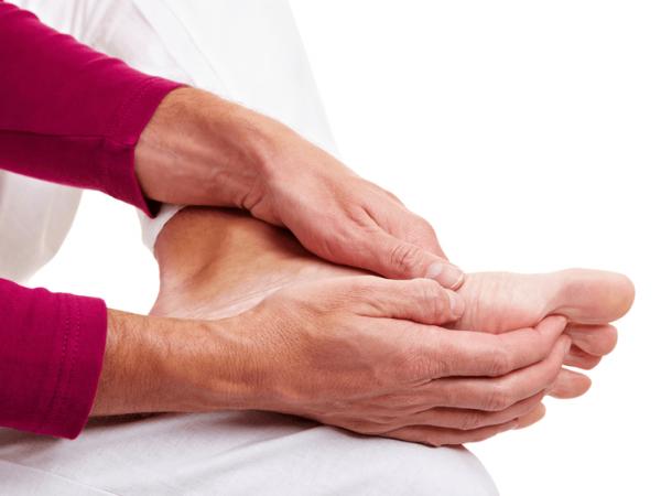 Người có nhiều bệnh lý dễ bị tê chân tay