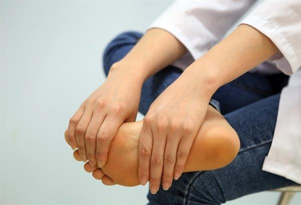 Những tư thế như ngồi xổm, ngồi vắt chân lâu sẽ khiến chân dễ bị tê