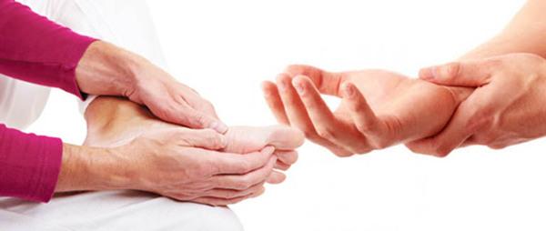 Khi bị tê tay chân, bệnh nhân sẽ xuất hiện cảm giác bị châm chích tại những đầu ngón chân, ngón tay