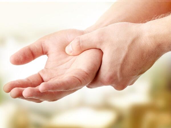 Tê bì chân tay do chèn ép dây thần kinh rất phổ biến