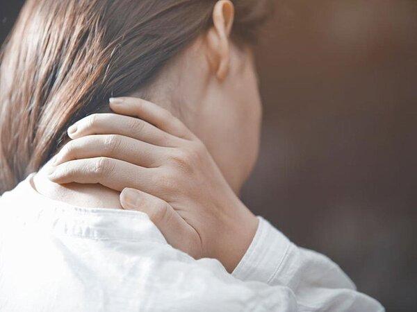 Hiện tượng đau tăng lên khi đứng, đi lại, ngồi lâu, vận động cột sống cổ