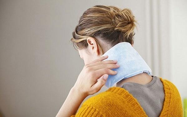 Khi bệnh đau vai gáy ở mức độ nhẹ có thể chườm nóng