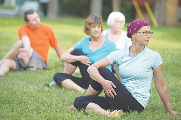 Tập thể dục mức độ nhẹ như đi bộ có thể giúp duy trì sự mềm dẻo và tăng cường cơ bắp hỗ trợ cột sống