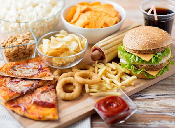 Chế độ ăn uống không đủ chất dinh dưỡng cũng sẽ dẫn đến thoái hóa xương
