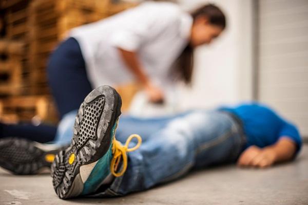 Trong tình trạng người bị ngất xỉu đột ngột thì cần sơ cứu như thế nào?