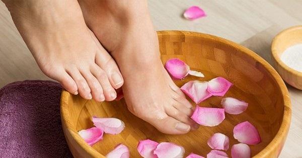 Ngâm chân cũng là cách chữa rối loạn tiền đình hiệu quả