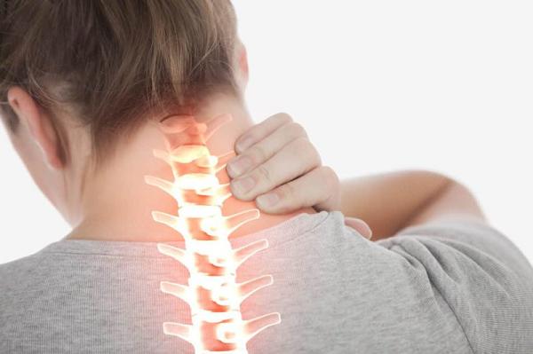 Triệu chứng của thoát vị đĩa đệm cổ là yếu cơ, ngứa ran, tê bì bàn tay, ngón tay