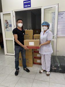Đại diện CN Công Ty Dược Phú Thọ tại Hà Nội trao quà cho Trạm y tế phường Bạch Đằng